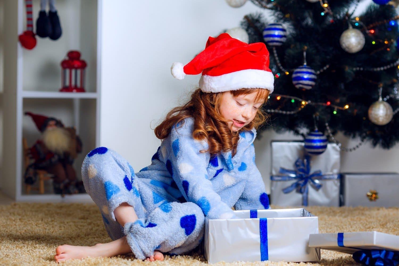 Как дети открывает подарок 322