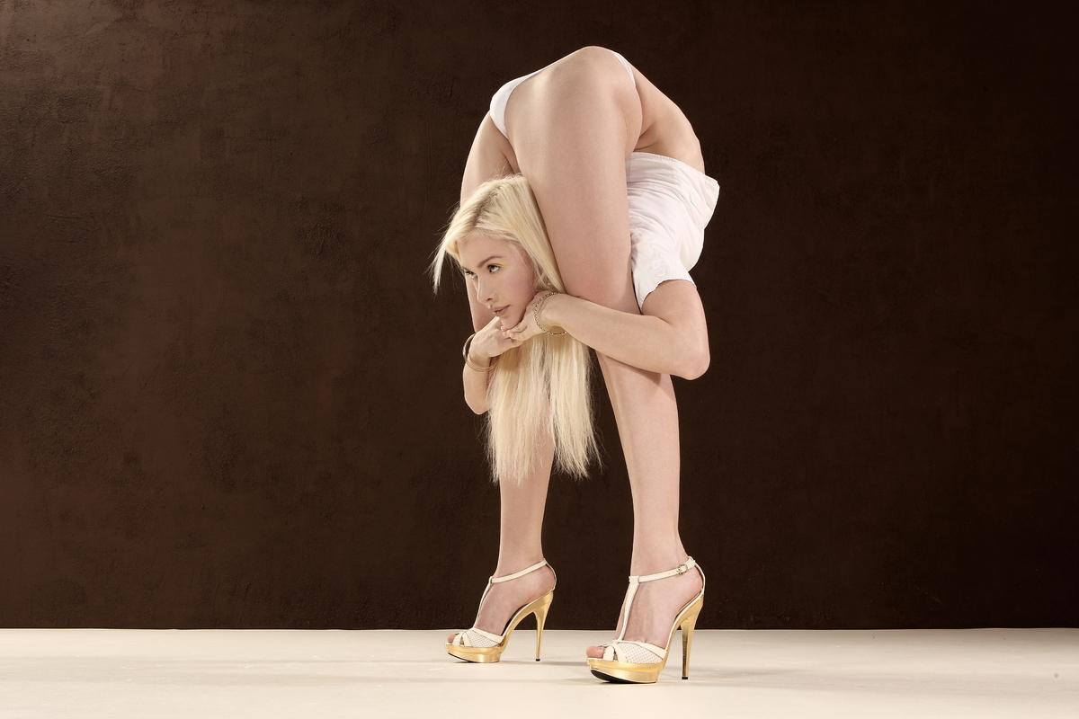bikini-contortion-girl-amateur-radio-technician-class