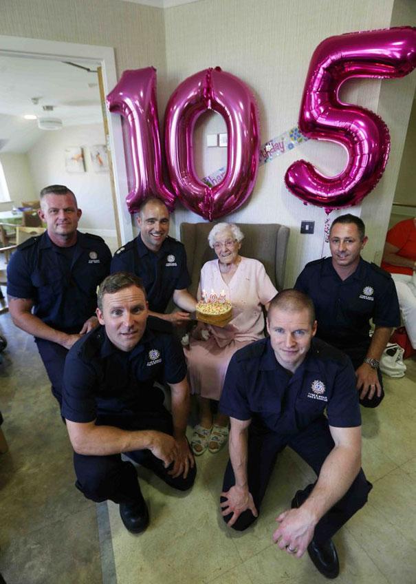 105-летняя бабуля попросила на день рождения пожарного в татуировках рис 4