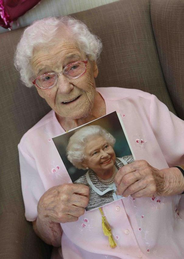 105-летняя бабуля попросила на день рождения пожарного в татуировках рис 3