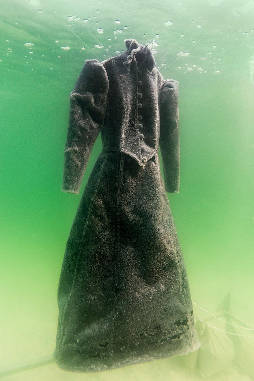 Как черное платье превратилось в соленую скульптуру на дне моря рис 6