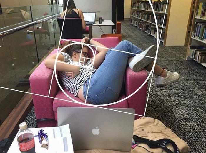 Девушка уснула в библиотеке: битва фотошоперов рис 9