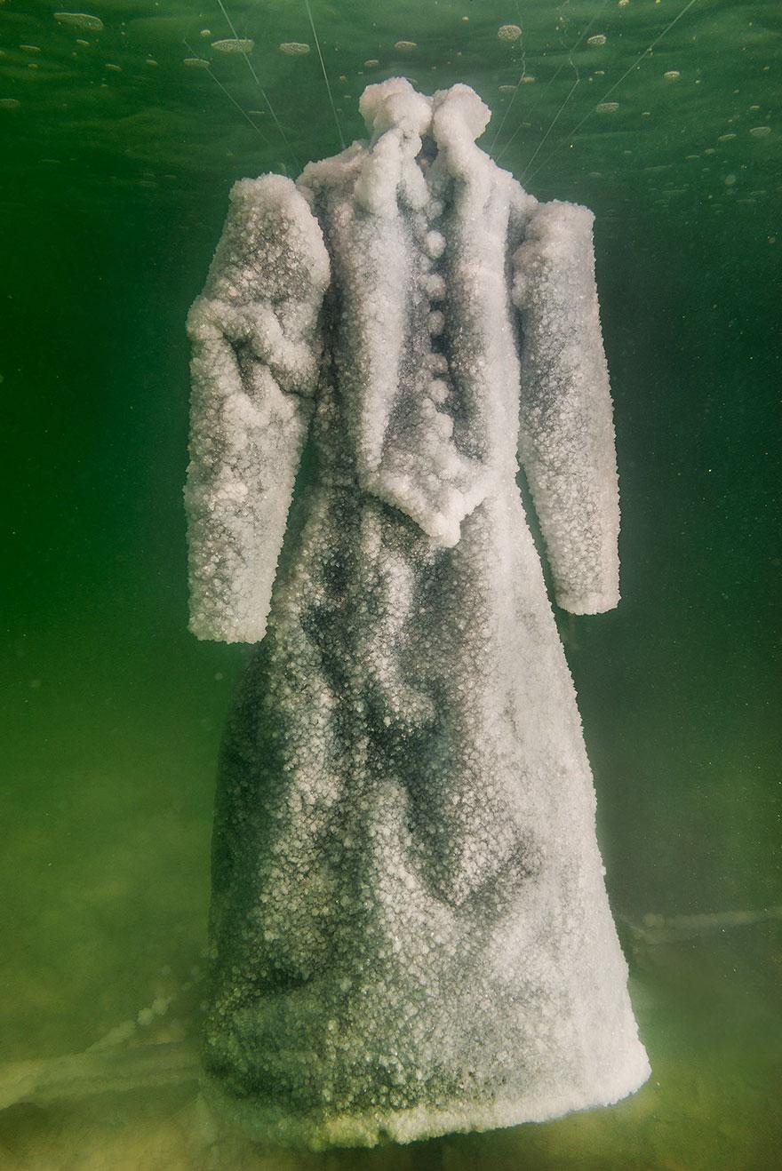 Как черное платье превратилось в соленую скульптуру на дне моря рис 4