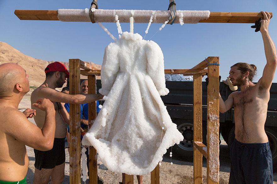 Как черное платье превратилось в соленую скульптуру на дне моря рис 8