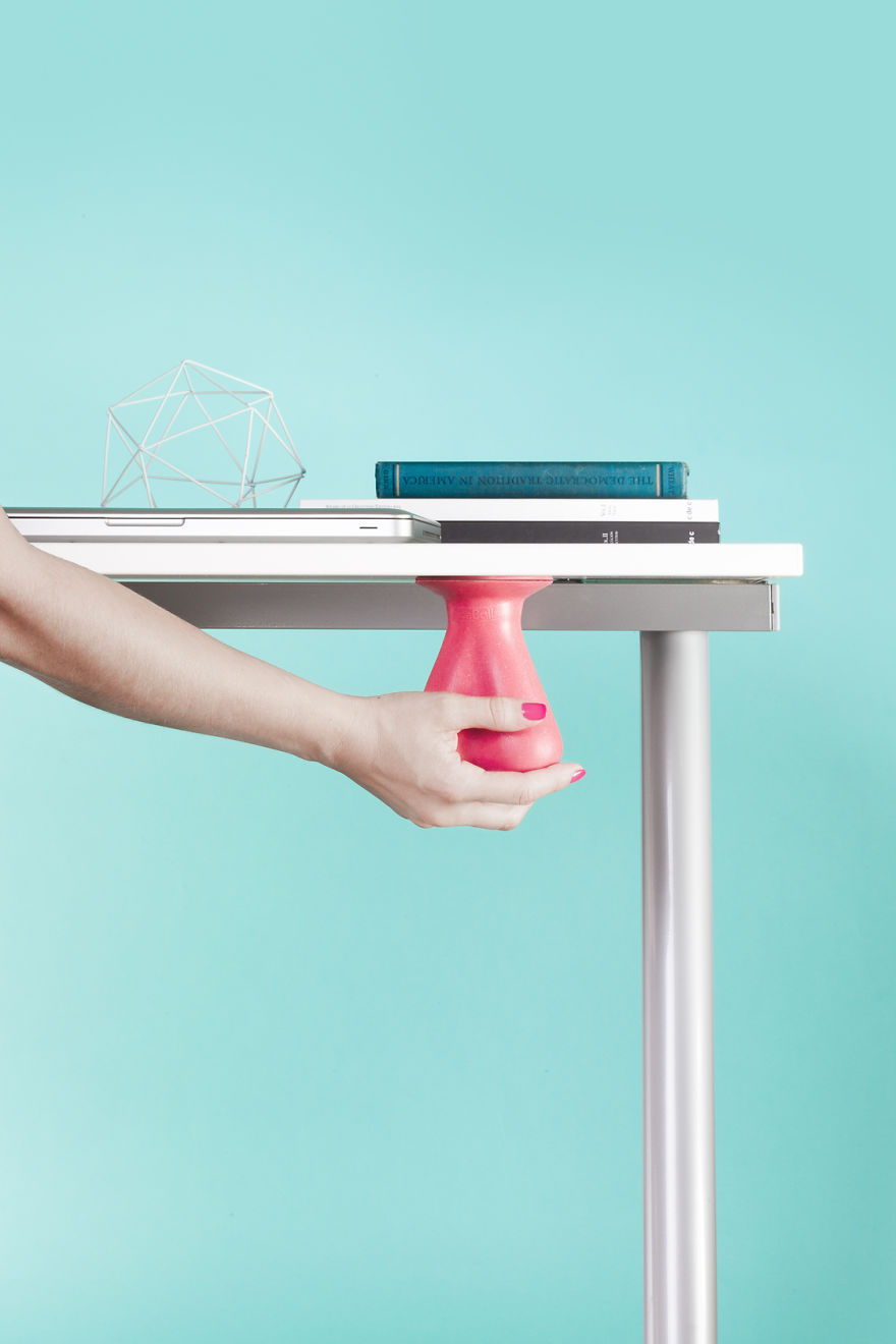 Именно это изобретение в виде резиновых яичек поможет снять стресс на работе