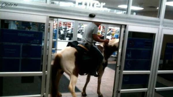 Эти люди просто пришли за покупками в американский супермаркет Walmart рис 10