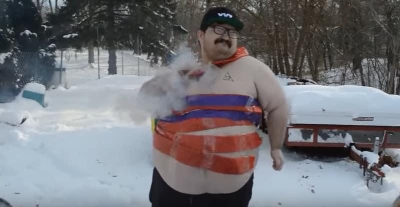 Этот безумный толстяк обмотал себя петардами и взорвал их! Видео