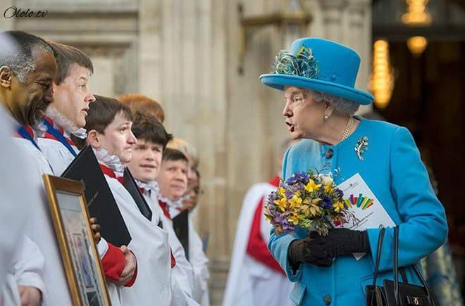 Королева Елизавета с лицом Дональда Трампа рис 5