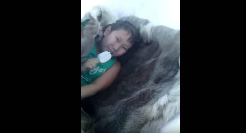 Валера, там тебе тепло? Суровый якутский ребенок ест мороженое на улице в -45