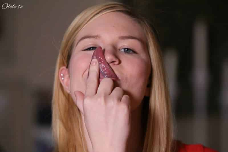 Девушка, вытворяющая своим длинным языком немыслимые вещи