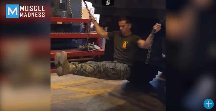 Морской пехотинец поражает своей физической подготовкой. Видео