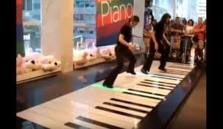 Сногсшибательное исполнение одного из наиболее популярных органных произведений Баха на необычном пианино