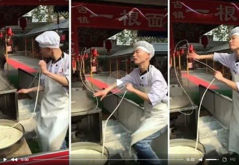 Китайский повар стал звездой местных соцсетей после своих танцев с лапшой