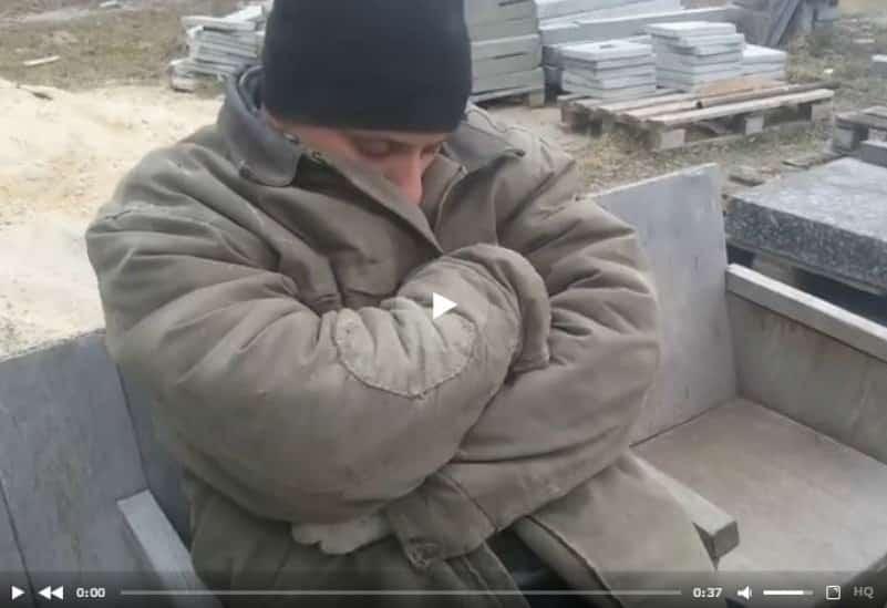 Оригинальный розыгрыш парня, уснувшего на рабочем месте. Видео