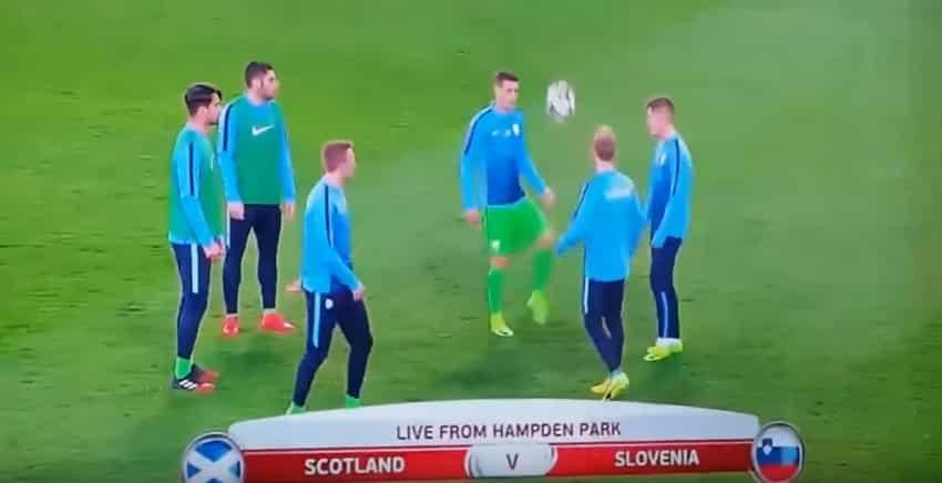 Футболисты решили размяться на поле перед игрой, но что-то пошло не так