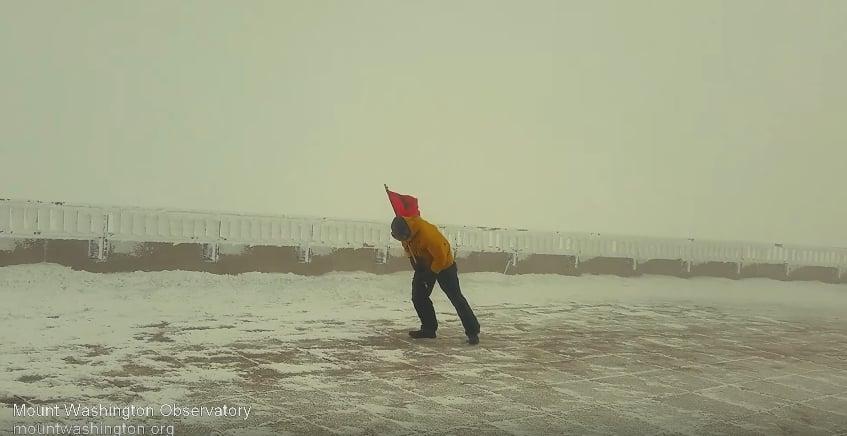 Метеоролог пытается установить предупреждающий флаг, сигнализирующий о сильном ветре. Видео