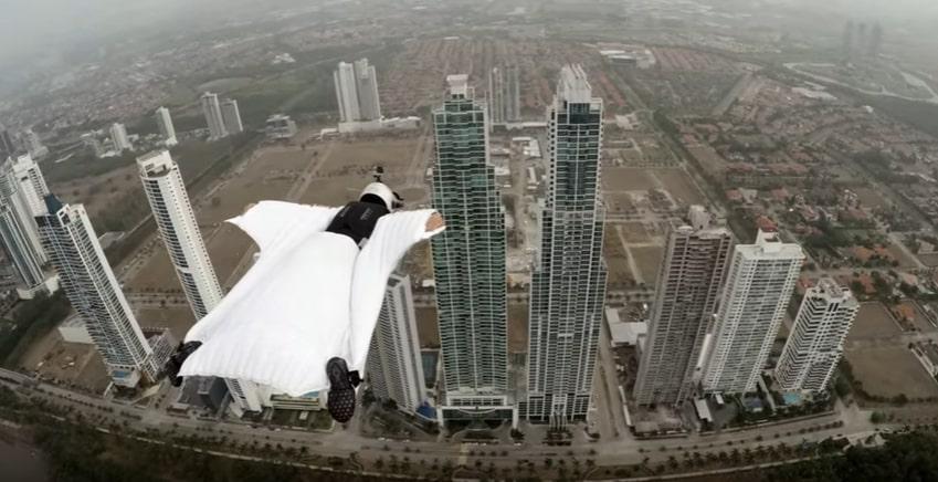 Экстремал пролетел между двумя небоскрёбами в специальном костюме. Видео