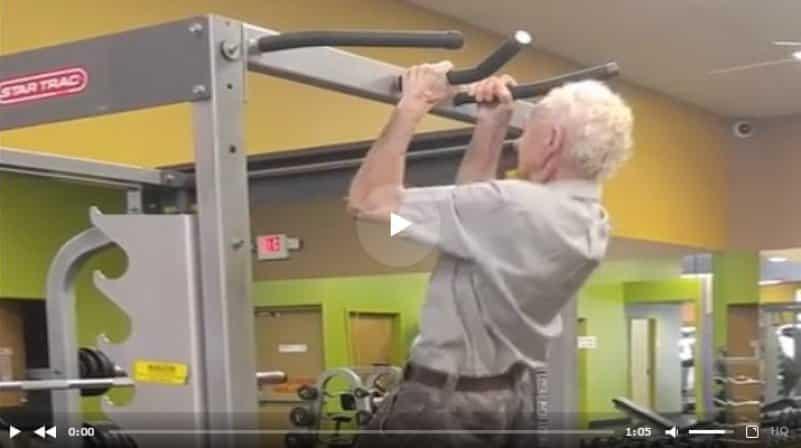 Пожилой мужчина подтянулся на турнике в честь своего 90-летнего юбилея. Видео
