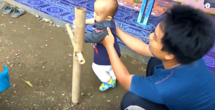 Как учат ходить детей в Индонезии. Видео