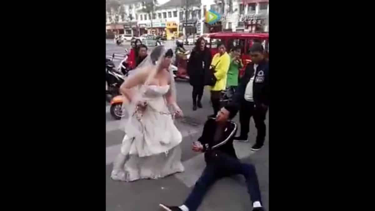 Разгневанной невесте пришлось тащить жениха на свадьбу в цепях! Видео