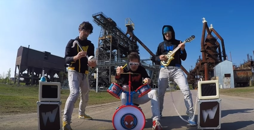 Музыканты сыграли кавер на песню Rage Against the Machine на детских музыкальных инструментах. Видео