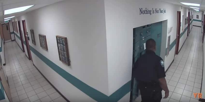 Американский полицейский испугался крысы. Видео