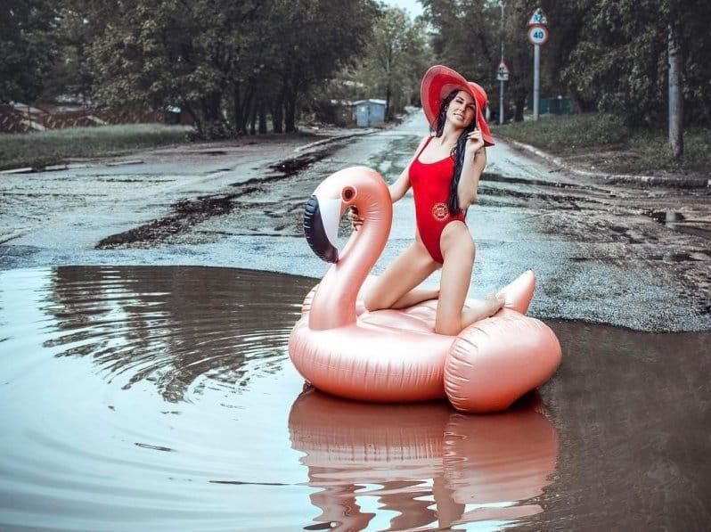 Саратовская модель устроила пляжную фотосессию в городской луже. Видео