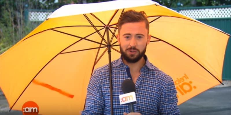 Ирландского журналиста во время прямого эфира сдуло сильным порывом ветра