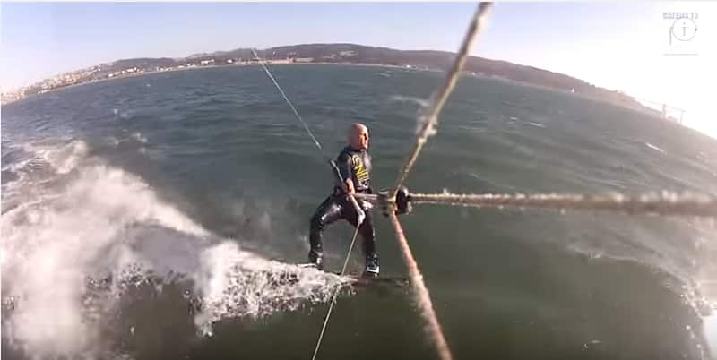 Кайтбордист во время катания случайно налетел на горбатого кита. Видео