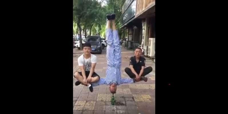 Неожиданное разоблачение уличного фокуса. Видео