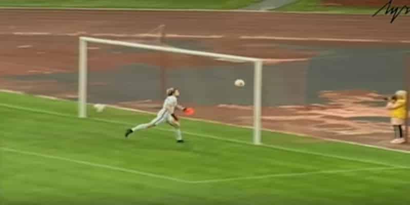 В Беларуси вратарь забил гол ударом через все поле. Видео