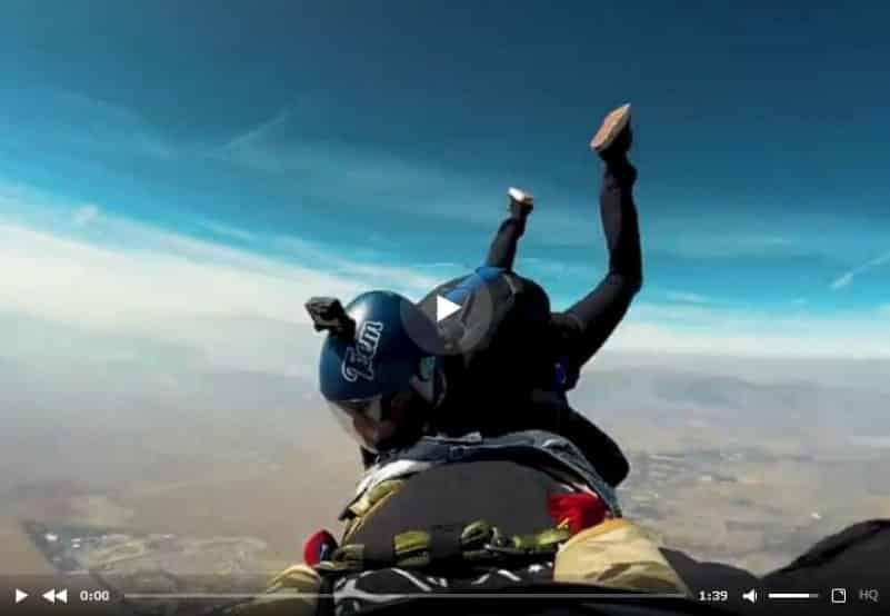 Парашютист подшутил над своим товарищем во время прыжка. Видео