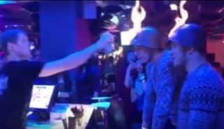 Парни отведали фирменного коктейля от бармена. Видео