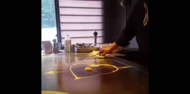 Эффектный трюк с яйцом от китайского шеф-повара. Видео