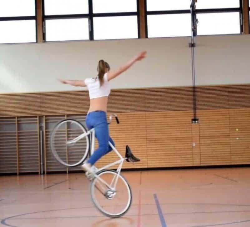 Девушка отлично управляется с велосипедом. Видео