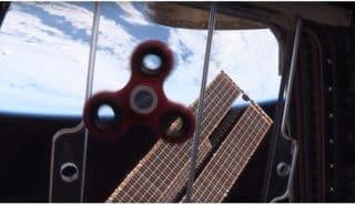 Работающие на МКС астронавты показали, как будет вести себя спиннер в невесомости
