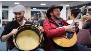 Рейс задерживался на 2 часа и эти талантливые музыканты решили сыграть для опечаленных пассажиров