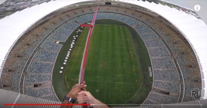 Экстремал прыгнул с высоты 88 метров на стадионе в ЮАР. Видео