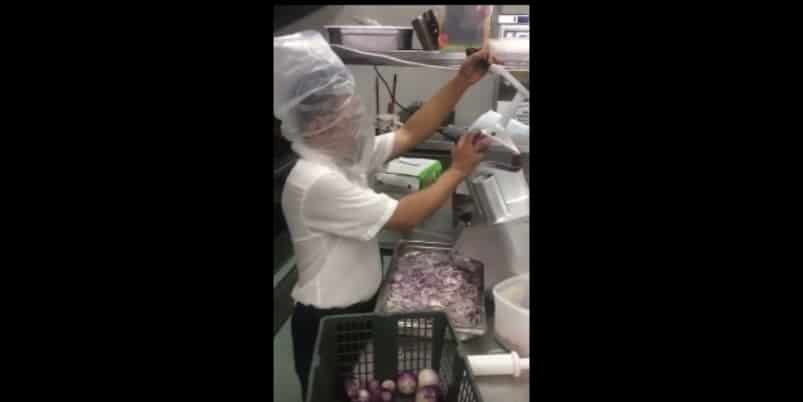 Как нарезать лук без слез. Видео
