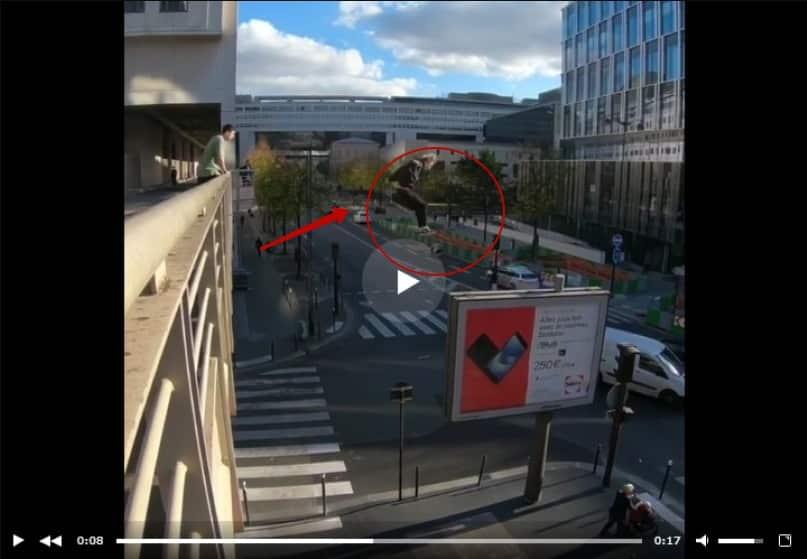 Рискованный прыжок паркурщика с моста на рекламный щит. Видео