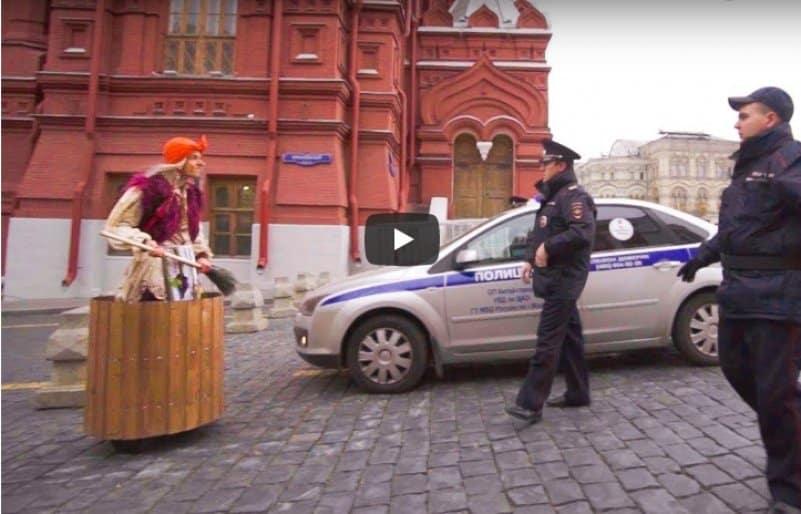 Баба-Яга рассекает в ступе по Москве. Видео