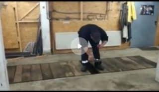 Эффектный взрыв петарды в гаражной яме. Видео