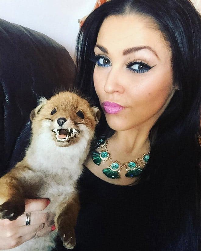 Девушка повсюду носит с собой чучело лисы, называя его Иисусом Христом! рис 4