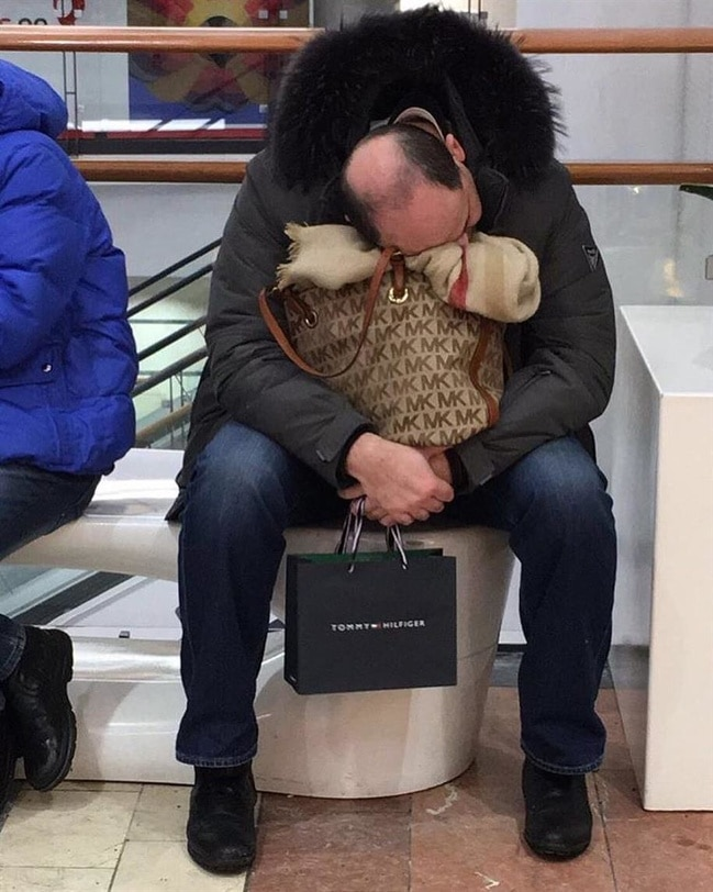10+ фотографий мужчин, чья сила воли закалялась во время женского шоппинга! рис 9