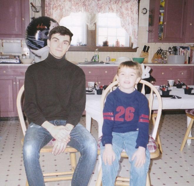 Фотограф добавил себя сегодняшнего на снимки из детства. И вот, что у него получилось...