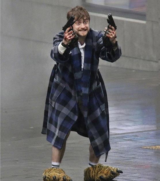 Дэниел Рэдклифф в халате с пистолетами