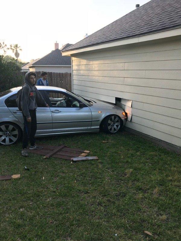 авто въехало в дом