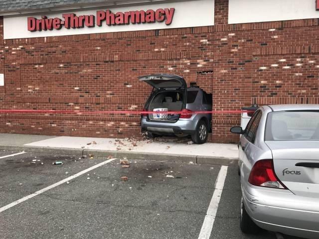 машина торчит в стене