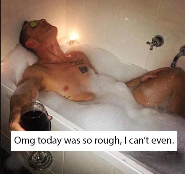 парень принимает ванну
