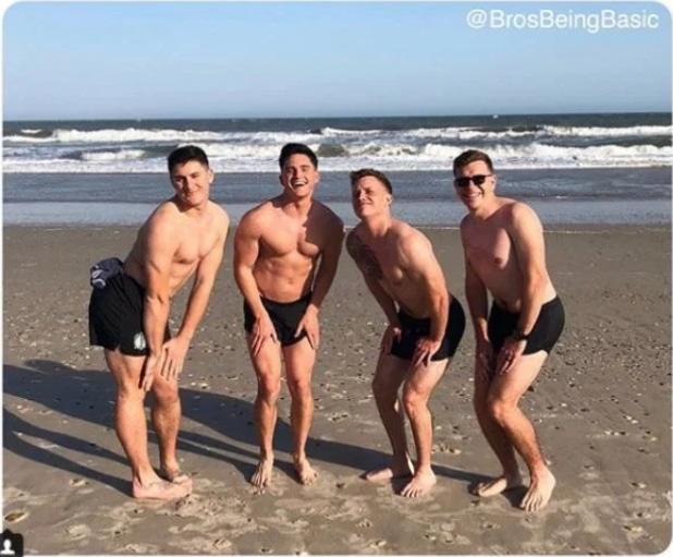 парни на пляже